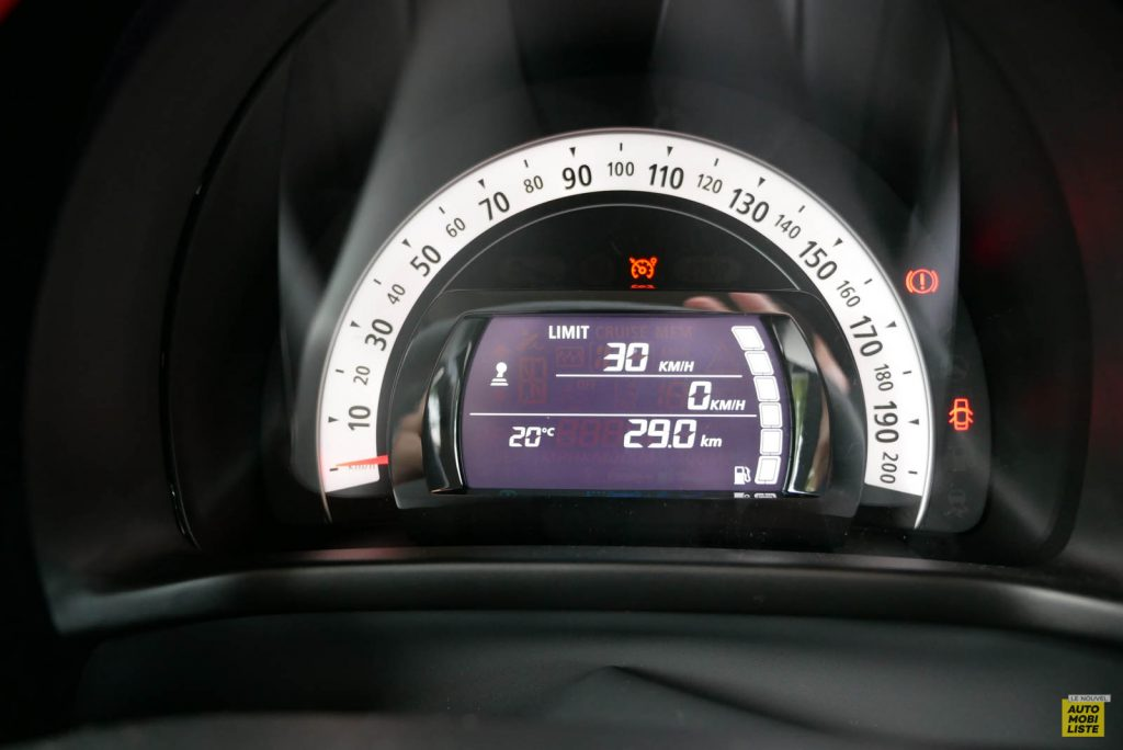 LNA Essai 2019 Renault Twingo 3.2 Le Coq Sportif Interieur Compteur 04