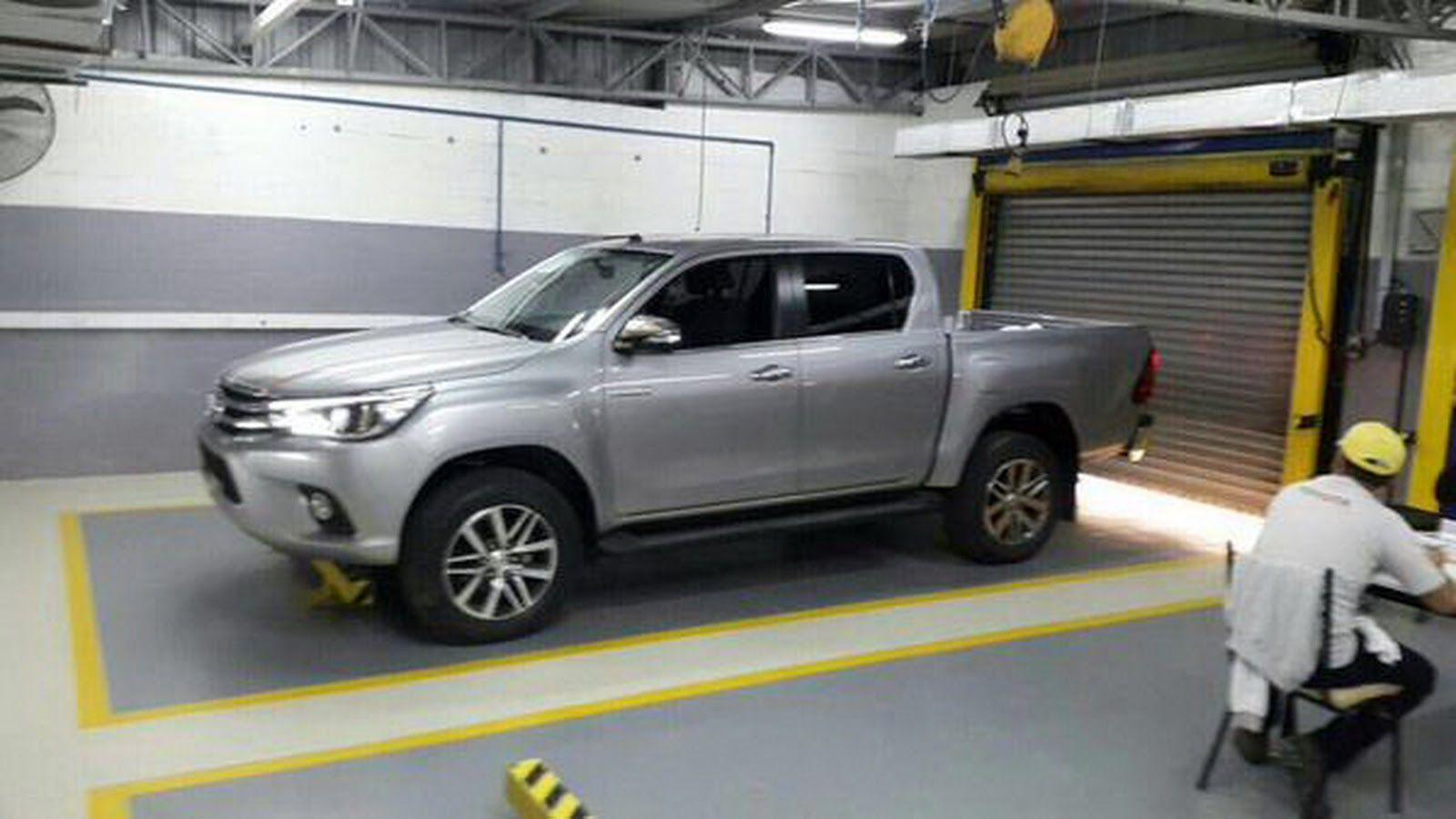 Toyota Hilux 2015 spyshots